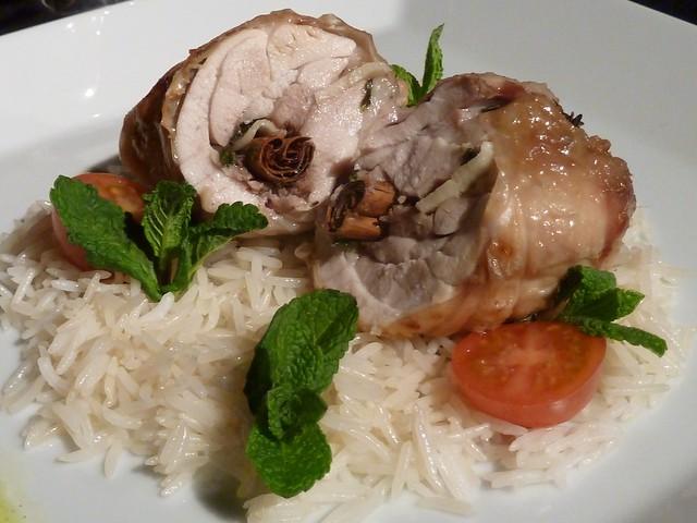 Popieta de pollo a la canela con salsa de piña y arroz