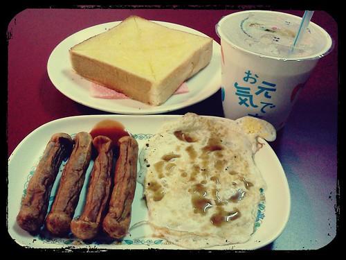 今天的週末早午餐@檸檬樹 ::: 熱狗+煎蛋+厚片奶油吐司+熱奶茶 by 南南風_e l a i n e