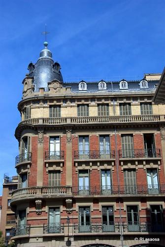Fachada del edificio conocido como La Agrícola a la calle Nueva, visto desde la Plaza del Consejo
