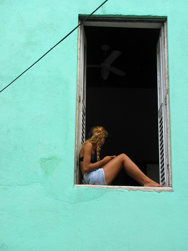 Joven en la ventana