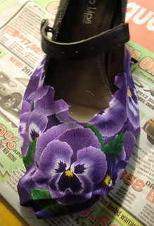 Glueing the pansy on toe first