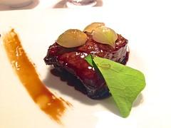 Cabezada de cerdo ibérico servida con calabaza balsámica y trazo de café - Restaurante Mina - Bilbao