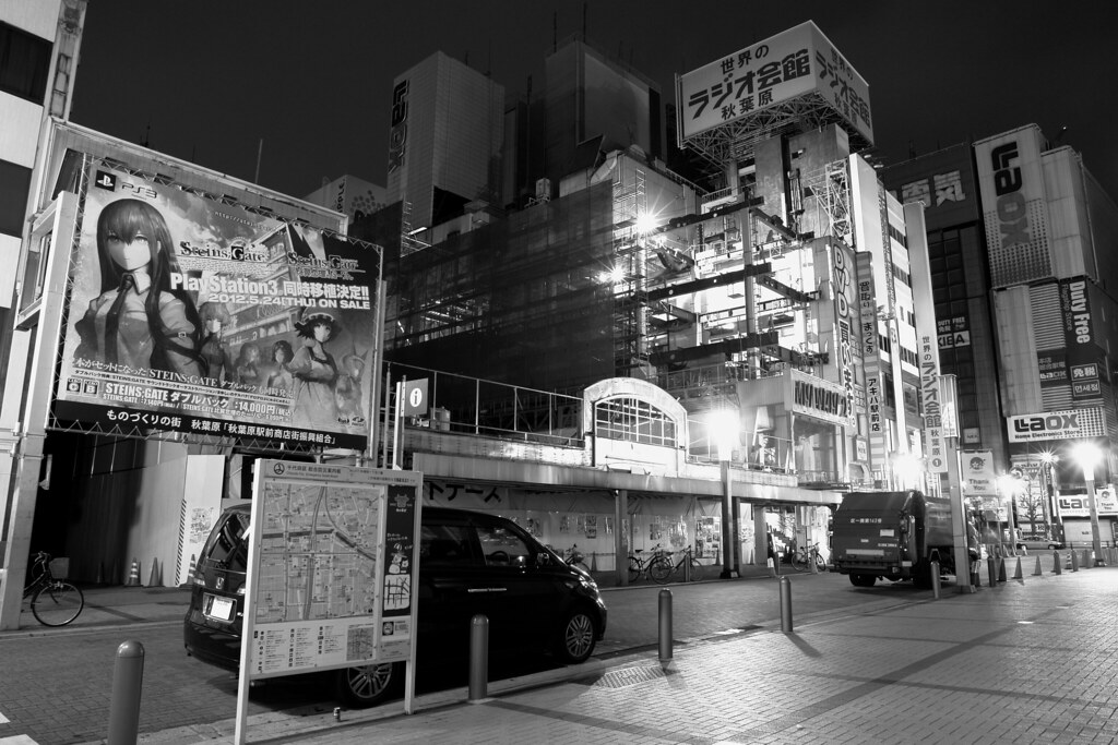 Akihabara radio kaikan 07 March 2012 (Neon-light is demolished.)
