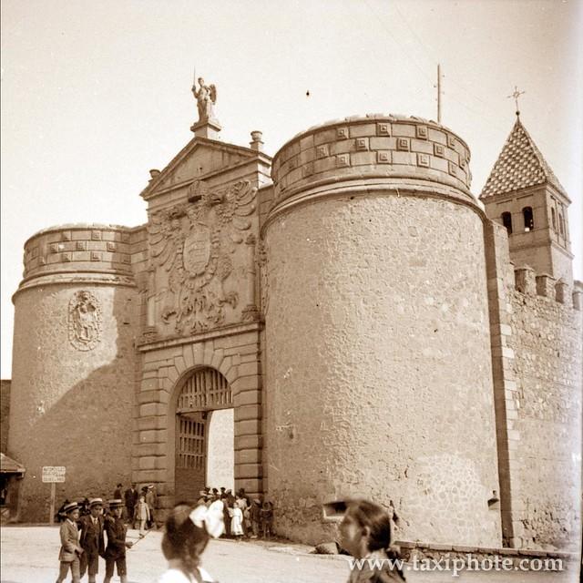 Puerta de Bisagra en los años 20. Fotografía de José Villar Martelo