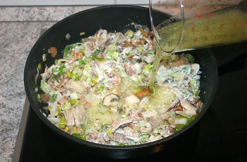 31 - Gemüsebrühe aufgießen / Pour vegetable stock