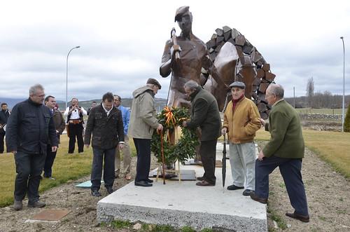 Viejos Gabarreros depositando la corona en la estatua que recuerda a todos. Foto Pedro Merino
