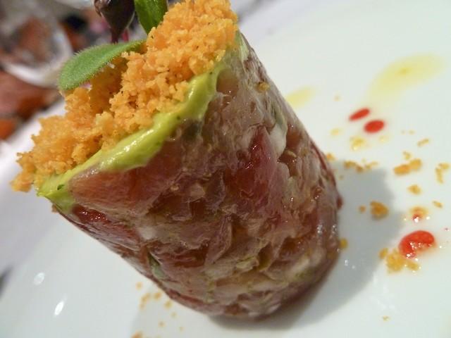 Tartar de atun rojo con guacamole de washabi, migas de nachos y lima con vinagre de frambuesa