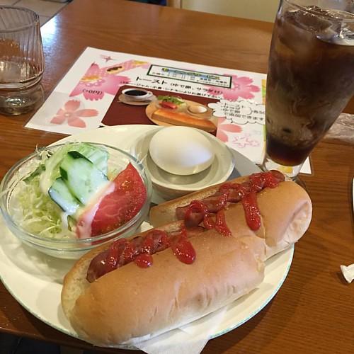 おはようございマシーン/ 今朝は旧職場方面で本社のお偉いさん達と会議だ( ꒪⌓꒪) #morning #japan #japanese #cafe #coffee #hotdog