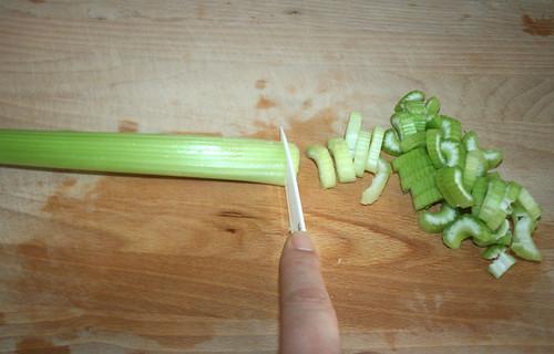 17 - Staudensellerie zerteilen / Cut celeriac