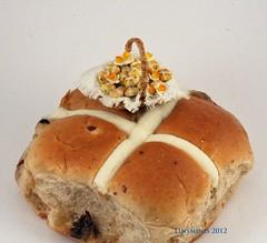 basket hot cross buns