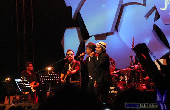 Java-Jazz-Festival-2012-Trio-Lestari-(Sandhy-Sandoro,Glen-Fredly,Tompi)-(8)