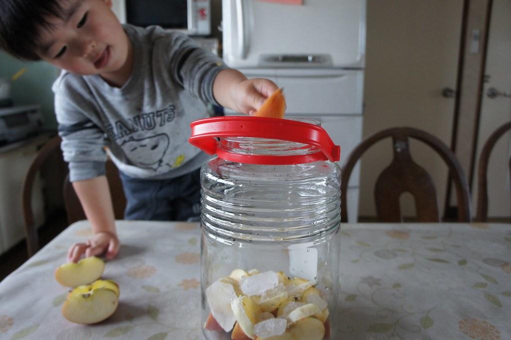 りんご、レモン、氷砂糖をミルフィーユのように積み上げます