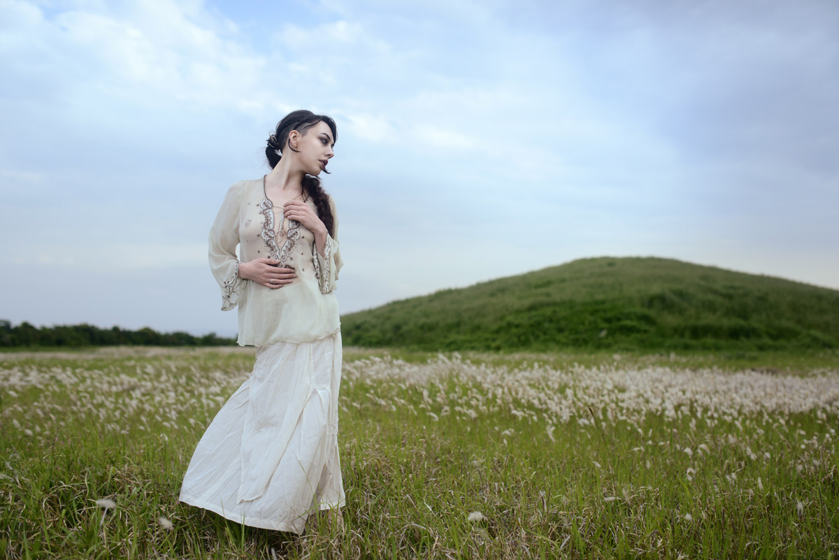 Gestalta photographed by Akiomi Kuroda. Girl in a long white dress.