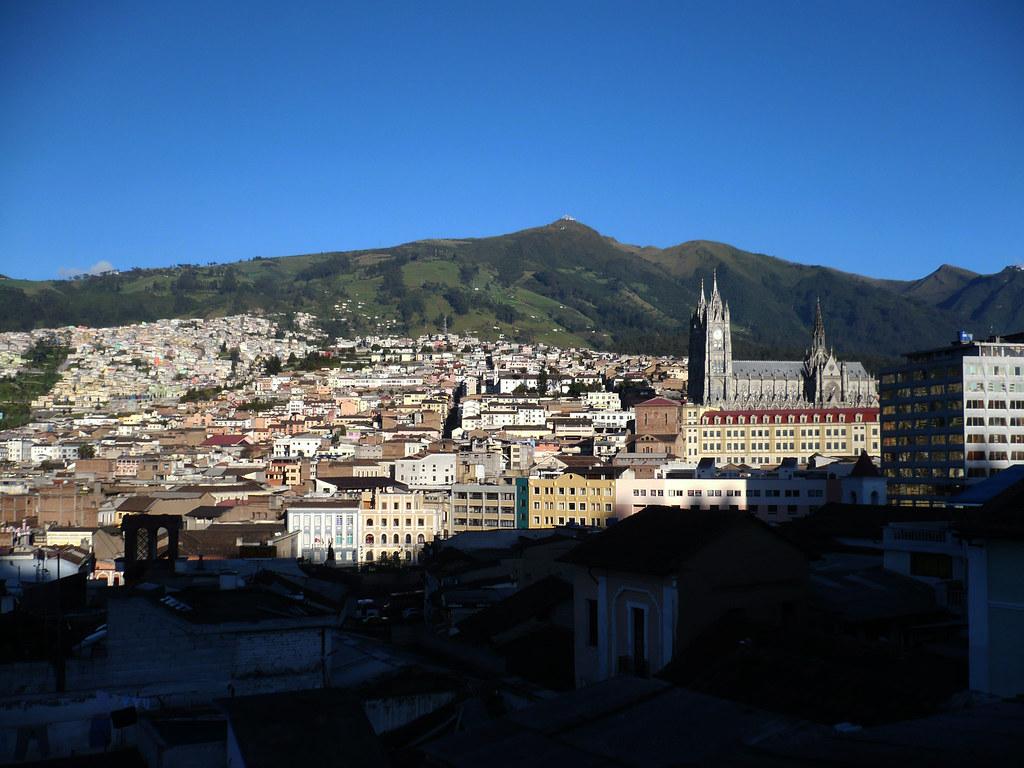 Centro Histórico con la Basilica del Voto Nacional