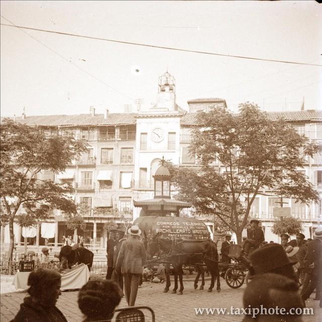 Urinario con publicidad en Plaza de Zocodover en un día de Corpus en los años 20. Fotografía de José Villar Martelo