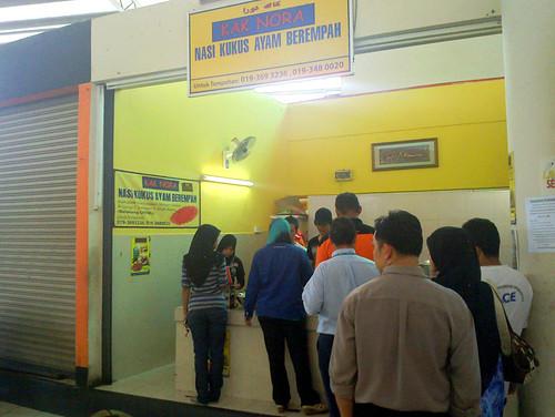 Kak Nora's nasi kukus ayam berempah @ Sek 7 - queue