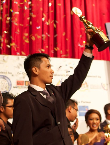 Blogger lelaki kacak AriffShah menang kategori Upcoming Blogger of The Year di Malaysia Social Media Week 2012