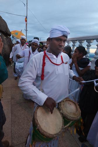 religious drum ritual priest srilanka ceylon horn adamspeak 鼓 斯里兰卡 号 siripada 祭司 锡兰 亚当峰
