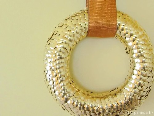 gold-thumbtack-wreath-02