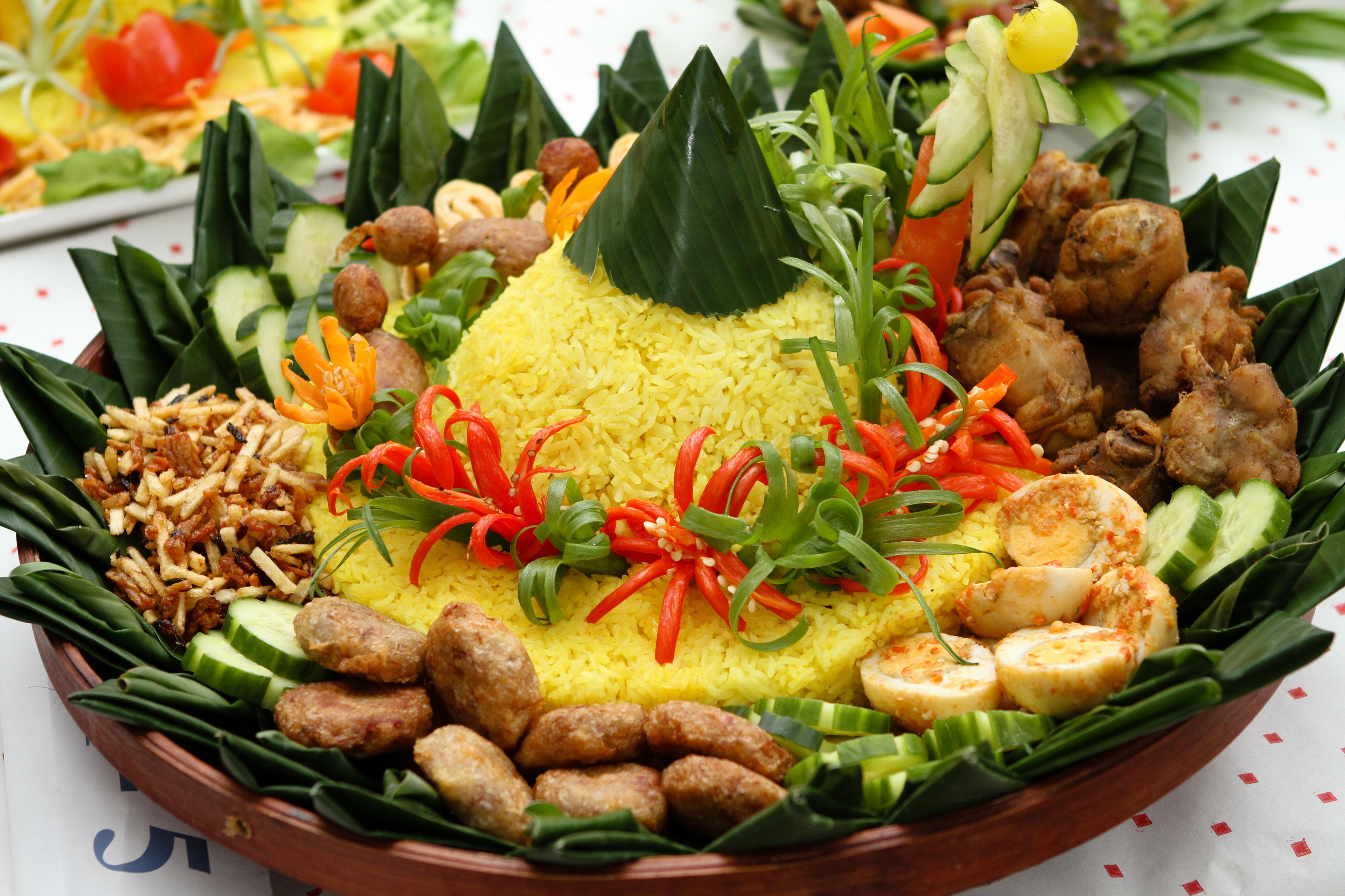 Tumpeng adalah makanan khas yang biasa disajikan oleh masyarakat Jawa ...