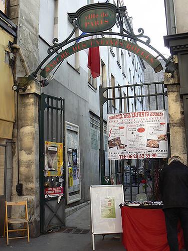 marché des enfnats rouges.jpg