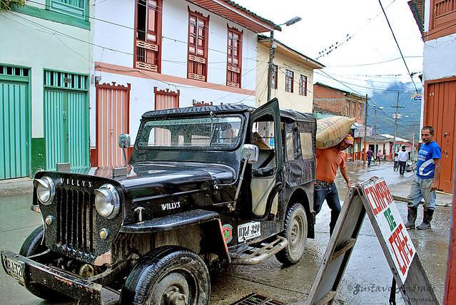 Imagen de un Jeep Willys siendo cargado con café en Genova.