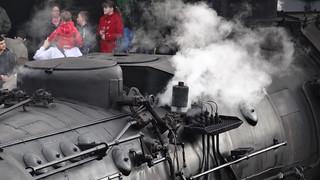 Dampflok du zwanzig Meter langes Tier, die Dampfmaschine, stößt röchelnd dampf aus 0667