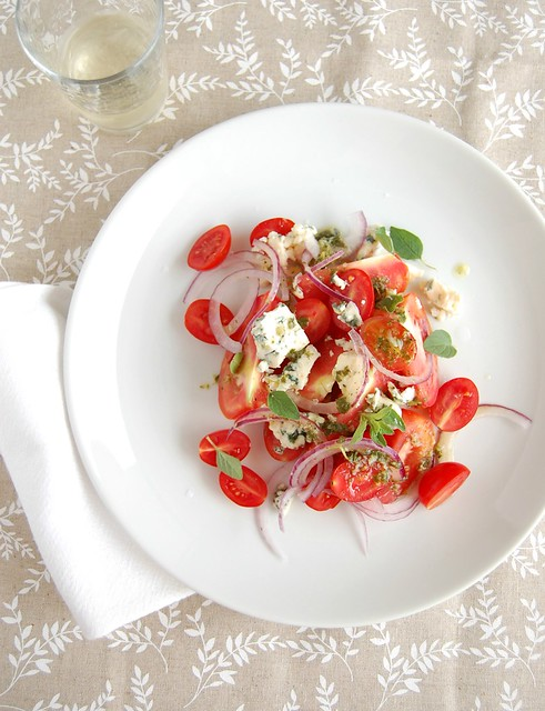 Tomato, red onion and gorgonzola salad / Salada de tomate, cebola roxa e gorgonzola