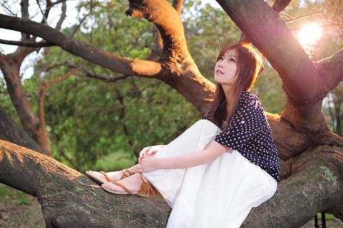 [フリー画像素材] 人物, 女性 - アジア, 人物 - 樹木, 人物 - 見上げる, 台湾人, シャツ・ブラウス ID:201203212200