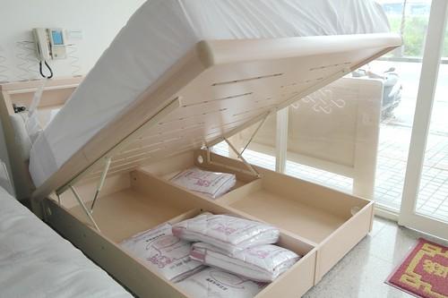 掀床墊方法-掀起時應確認頂點位置