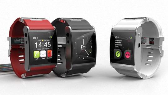 Operai al lavoro con lo smartwatch