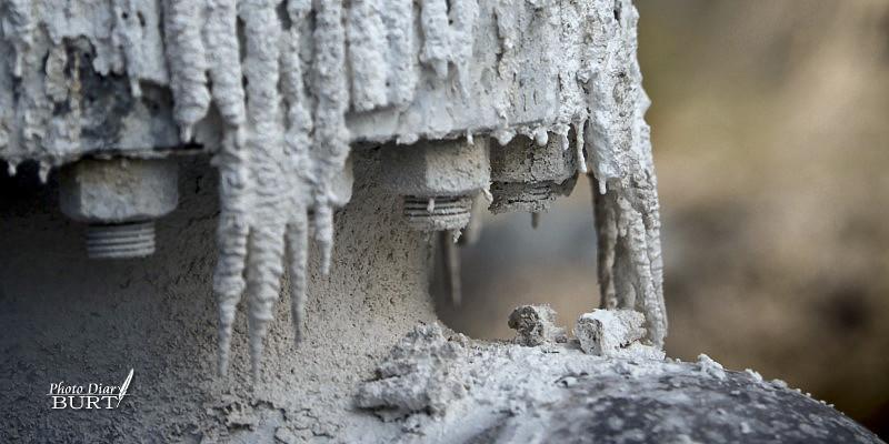 鳩之澤溫泉井上的石灰華沉澱物近照