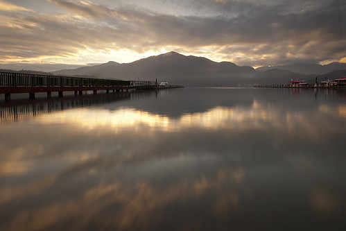 blue orange mountain color colour reflection water beauty sunrise reflections boats dawn pier boat colours taiwan floating driftingclouds shape tranquil drifting peacefulness quietness 日月潭 sunmoonlake 朝霧碼頭 floatingclouds cloudywhitebalance cloudywb 6500k10