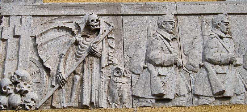 La muerte, escoltada por la sabiduría, va tras los soldados