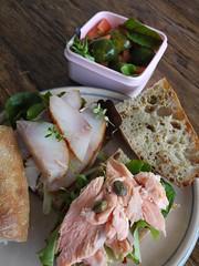 木, 2012-02-02 08:11 - 自家製バゲット(ベイクドサーモン、セイブル)、芽キャベツとトマトと葉っぱのサラダ