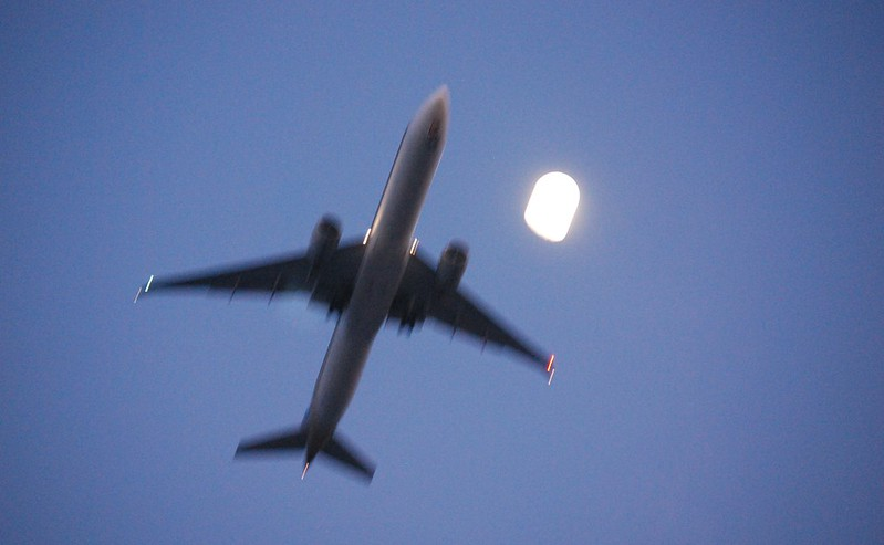 Boeing 777-300, Singapore Airlines, with moon