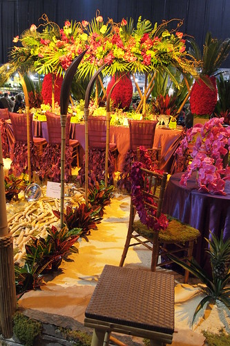 neat wedding dinner arrangement
