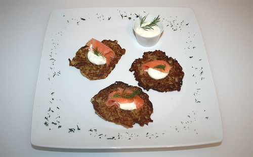 25 - Pfannkuchen mit Räucherlachs & Sour Cream / Pancakes with smokes salmon & sour cream - Serviert
