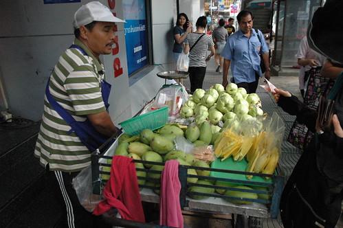 Indra Square前でフルーツを売ってたおっちゃん