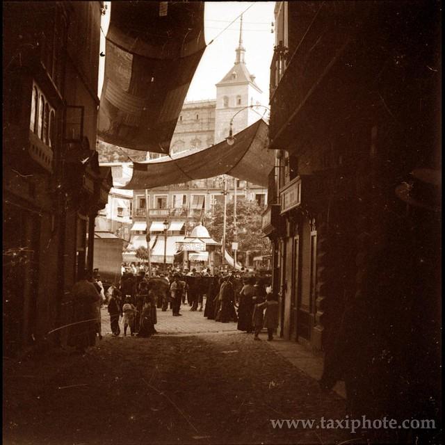 Zocodover visto desde la calle Sillería en un día del Corpus en los años 20. Fotografía de José Villar Martelo