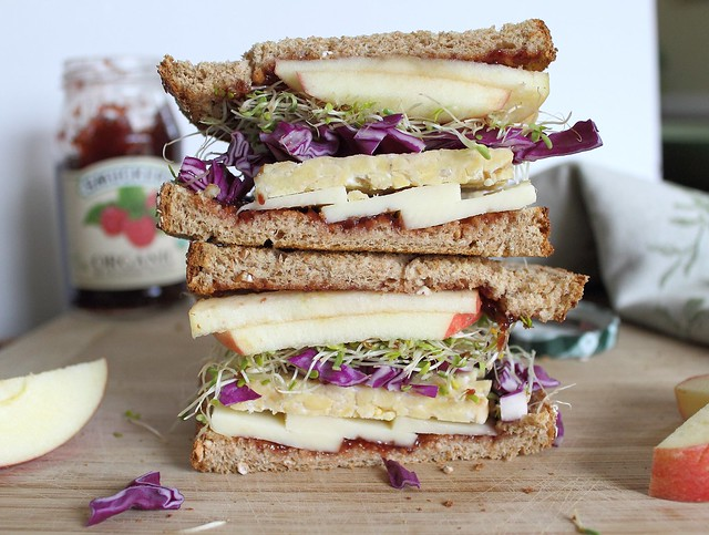 Tempeh sandwich with apples