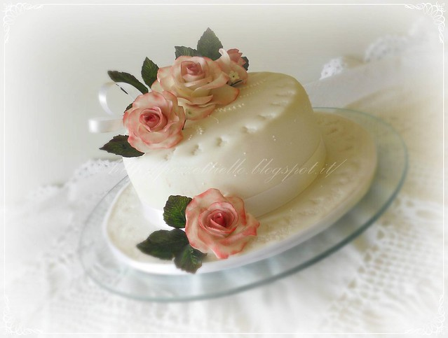Torta in pasta di zucchero con rose in gumpaste sfumate di rosa, lavori in ghiaccia reale
