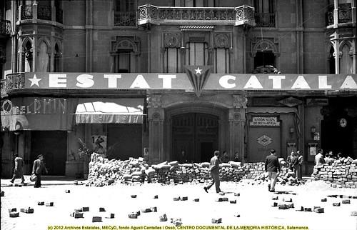 Barcelona «fets de maig de 1937», barricada frente a la sede de Estat Català en la Rambla de Catalunya. by Octavi Centelles