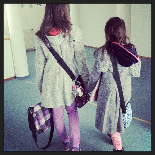Girls walking with knitted coats by grandma:) ragazze che camminano con cappotti fatti a maglia dalla nonna:)