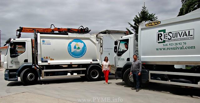 Elena Pérez, fundadora de Resuival y sus hijos, Elena y Ricardo, con dos camiones dedicados a la recogida de residuos urbanos y a la recogida selectiva.