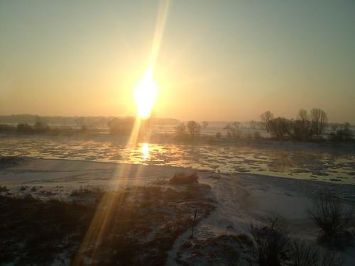 Sonnenaufgang über der Elbe aus dem ICE-Fenster