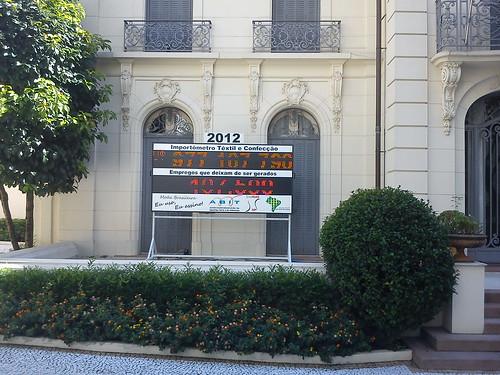 São Paulo. Painel junto à sede de uma Associação Industrial.