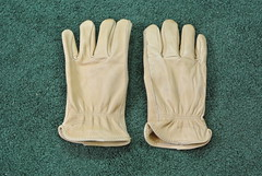 hand(0.0), finger(0.0), yellow(0.0), safety glove(1.0), leather(1.0), glove(1.0),