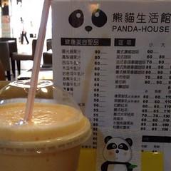 デザートに台北駅の地下で見つけた謎のパンダ屋のパパイヤミルク