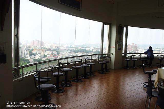 在射日塔的咖啡廳,靠兩側有桌子跟位置可坐。